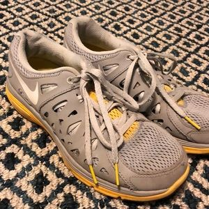 W7.5 Nike livestrong sneakers